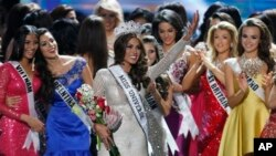 ၂၀၁၃ ခုႏွစ္ရဲ႕ မယ္စၾကဝဠာ ဗဲင္နီဇဲြလားအလွမယ္ Gabriela Isler (အလယ္)