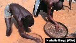 Des ex-rebelles du RUF en Sierra Leone dans une mine de diamants de Tongo Field en 2002. (VOA/ Nathalie Barge)