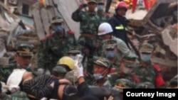 浙江奉化坍塌危楼最后一名获救者、女大学生沈黛露被救援者抬上担架送医。(微博图片)