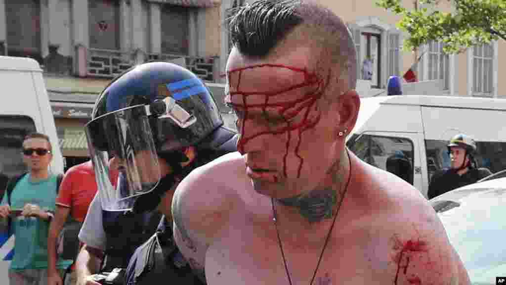 Un homme est arrêté par des agents de police dans le centre de Marseille, le 11 juin 2016.