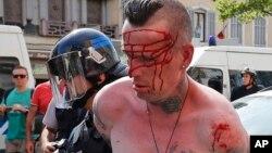 Un homme est arrêté par un policier français à Marseille, le 11 juin 2016.