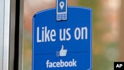 """Logo Facebook """"Like"""" ditempel di kantor pusat Facebook di Menlo Park, California (foto: dok)."""