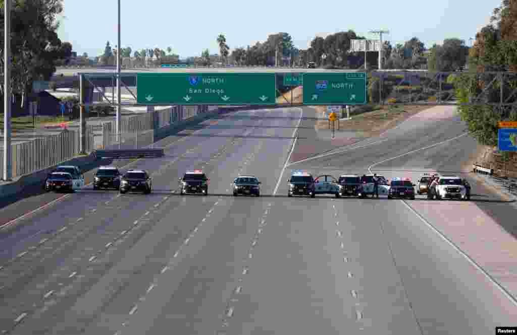 نیروهای پلیس اتوبان کالیفرنیا مسیر یک جاده از مکزیک به سندیگو را با ماشینهایشان مسدود کردهاند.
