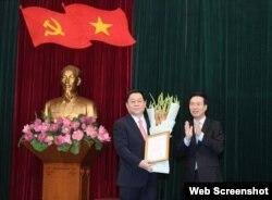Ông Võ Văn Thưởng (phải) trao quyết định của Bộ Chính trị và tặng hoa Thượng tướng Nguyễn Trọng Nghĩa. Photo QDND