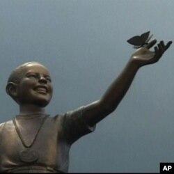 Obama Nobel Statue