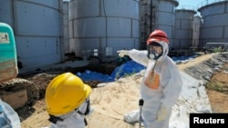 Japanski zvaničnici u zaštitnim odelima obilaze nuklearnu elektranu Fukušima