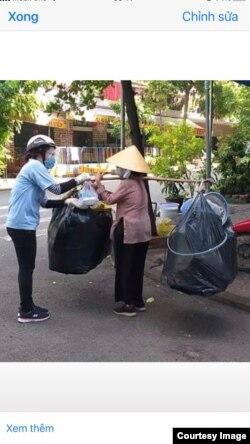 Nhóm Fiat trao thức ăn cho người già neo đơn. Photo Vu Thi Kim Huong.