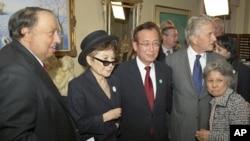 Ο Γιάννης Κατσιματίδης με τη Γιόκο Ονο τον δήμαρχος της Χιροσίμα Ταντατόσι Ακίμπα, τον Μάικλ Ντάγκλας και την Σιγκέκο Σασαμόρι που επέζησε πυρηνικής καταστροφής.