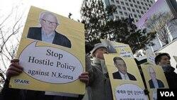 Warga di Seoul dengan membawa poster utusan AS Stephen Bosworth melakukan protes soal kebijakan terhadap Pyongyang, 5 Januari 2011.