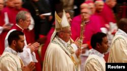 El Papa Francisco llega a la Basílica de San Pedro, en el Vaticano, para la oración del Te Deum en vísperas de Año Nuevo, el 31 de diciembre de 2017. REUTERS/Tony Gentile