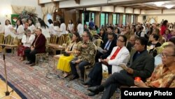 Duta Besar RI Mahendra Siregar (tengah, baju batik) serta tokoh-tokoh dan anggota masyarakat Indonesia menghadiri acara Paskah di Wisma Indonesia, Washington DC, Minggu, 28 April 2019 (Foto: Courtesy).