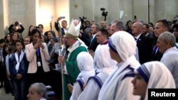 Le pape François arrive lors d'une messe à Bakou, Azerbaïdjan, le 2 octobre 2016.