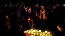 Orang-orang menyalakan lilin pada acara berjaga di Leigh-on-Sea, Essex, Inggris, 16 Oktober 2021, untuk menghormati anggota parlemen Konservatif Inggris David Amess, yang meninggal setelah ditikam pada hari Jumat. (Foto: AP)
