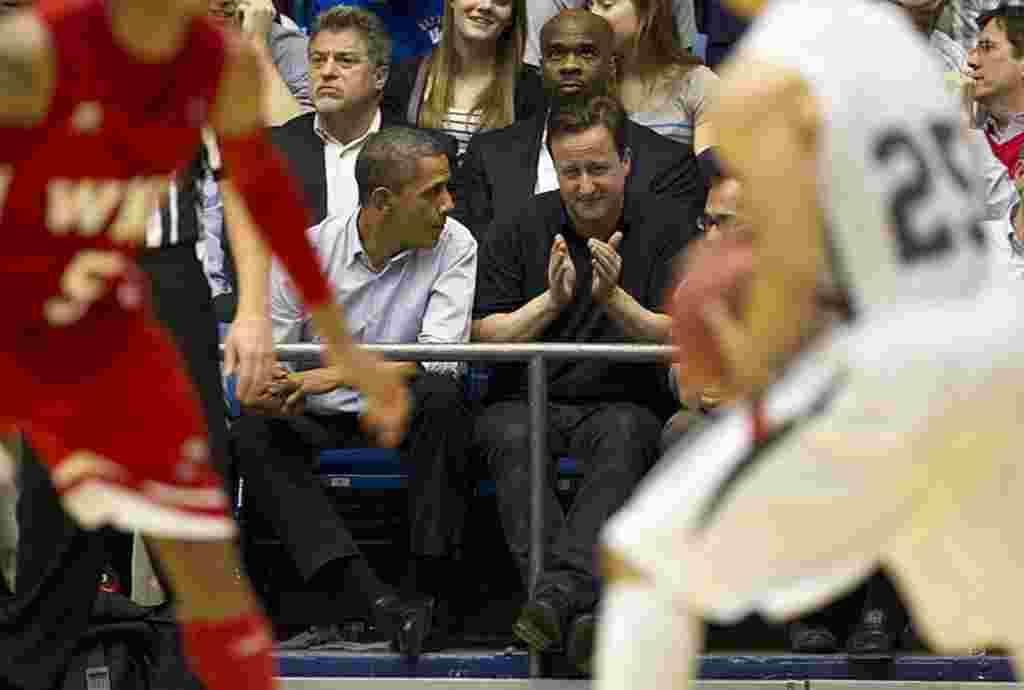El presidente Barack Obama y el primer ministro David Cameron, asistieron en Ohio a un partido del torneo universitario de básquetbol de Estados Unidos.