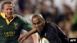 Chester Williams affronte Jonah Lomu lors d'un match entre l'Afrique du Sud et la Nouvelle-Zélande, Afrique du Sud, le 19 août 2000.