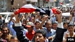 Para demonstran anti-pemerintah melakukan protes di ibukota Sanaa.