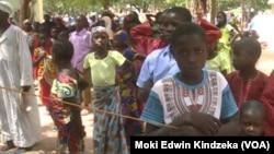 Certains des nombreux anciens otages de Boko Haram qui veulent rentrer chez eux, à Mozogo, Cameroun, 21 octobre 2017. (Moki Edwin Kindzeka/ VOA)