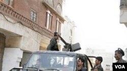 Pasukan keamanan Yaman melakukan patroli.