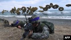 在美韓軍事演習中,南韓海軍陸戰隊在煙霧彈掩護下搶灘登陸。