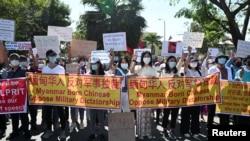 聚集在中國駐仰光大使館外抗議軍人政變並要求釋放昂山素季。(2021年2月11日)