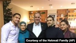 美国会众议员丹.基尔迪(中)与被伊朗释放的前美国海军陆战队员海克马蒂(右二)及其家人在德国一家医院会面。