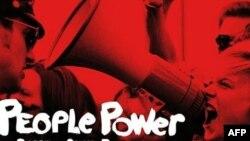 """Igra """"People Power – The Game of Civil Resistance"""" sadrži nekoliko izmišljenih scenarija u kojima vođa mirnog pokreta koristi taktike kao što su ulični protesti, štrajkovi i bojkot."""