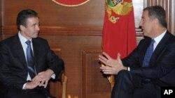 Crnogorski premijer Milo Đukanović i generalni sekretar NATO-a, Anders Fog Rasmusen u Podgorici 2009. (arhiva)