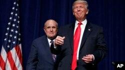 Ni Giuliani ni el gobernador de New Jersery, Chris Christie, otro de los allegados a Trump, disputaron las revelaciones que hiciera el New York Times sobre las declaraciones de impuestos de Trump.
