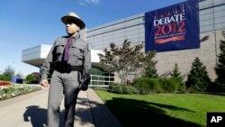 El primer debate entre la candidata demócrata Hillary Clinton y su rival republicando Donald Trump se realizará el próximo 26 de septiembre en la Universidad Hofstra en Nueva York.
