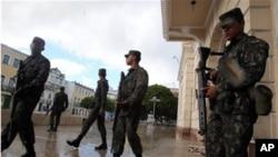 Soldados patrulham as ruas de S. Salvador, no Estado da Baía.