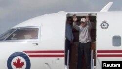 임현수 목사가 12일 캐나다 토론토 인근의 공항에 도착해 손을 흔들고 있다.