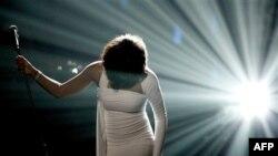 Şarkıcı Whitney Houston Öldü