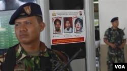 Los tres individuos también están en la lista de más buscados en Indonesia.