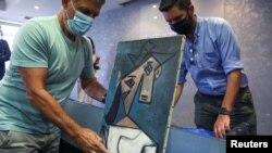 Lukisan 'Head of a Woman' Pablo Picasso ditampilkan saat presentasi kepada media di Athena, Yunani , 29 Juni 2021.(REUTERS/Costas Baltas)