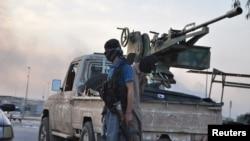 Tentara pemberontak Islamis siaga di sebuah pos di Mosul, Irak utara (11/6).