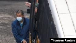 홍콩 언론 재벌 지미 라이 씨가 3일 수갑을 찬 채 홍콩 라이치콕 구치소에 도착했다.