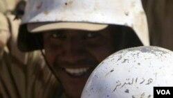 "Seorang tentara mengenakan helm bertuliskan Arab yang berarti ""Orang Tater"", daerah asalnya. Pemerintah Sudan dan PBB menambah jumlah pasukan untuk ditempatkan di Jonglei, daerah rawan konflik antar suku (28/12)"