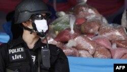 Cảnh sát Thái Lan đứng canh gác trong lúc ma túy được đem đi tiêu hủy ở tỉnh Ayutthaya, phía bắc Bangkok