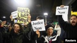 مظاہرین سیاہ فاموں کے لیے انصاف کے حق میں نعرے بازی کر رہے ہیں۔