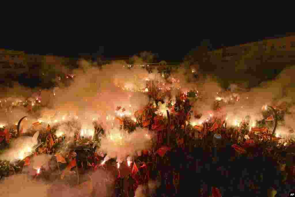 បាតុករដុតភ្លើងអំឡុងពេលការប្រមូលផ្តុំមួយនៅរដ្ឋធានី Podgorica ប្រទេសម៉ុងតេណេហ្រ្គោ កាលពីថ្ងៃទី០៦ ខែកញ្ញា ឆ្នាំ២០២០។ បាតុកររាប់ពាន់បានមកប្រមូលផ្តុំនៅរដ្ឋធានី ដើម្បីបង្ហាញការគាំទ្រដល់គណបក្សកាន់អំណាច។