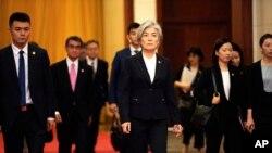 강경화 한국 외교장관(가운데)과 고노 다로 일본 외상(왼쪽 2번째)이 22일 베이징에서 리커창 중국 총리와의 회담장에 입장하고 있다.