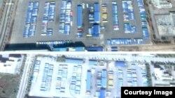 북한 개성공단 폐쇄 직후인 지난 3월 위성사진(위)과 지난달 5일 촬영한 개성공단 위성사진. 북한 주민용 통근버스 290대가 그대로 주차돼 있다(아래). 두 사진에 큰 차이가 없다.