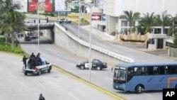 9月20日墨西哥警车和公共汽车拦住韦拉克鲁斯市郊公路上的犯罪现场