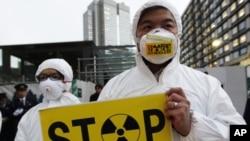 """绿色和平活动人士12月16日抗议日本政府宣布""""冷却关闭""""福岛核电厂"""