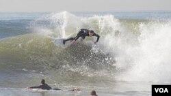 Las clases de surf han empezado en muchas universidades de EE.UU.