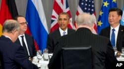 Presiden Perancis Francois Hollande, kiri, dan Presiden China Xi Jinping, kanan, mendengarkan Presiden Barack Obama berbicara dalam pertemuan di KTT Keamanan Nuklir di Washington, 1 April 2016.
