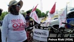 Seorang warga Banyuwangi menolak tambang setelah melakukan kayuh sepeda dari Banyuwangi ke Surabaya (Foto: VOA/ Petrus Riski).