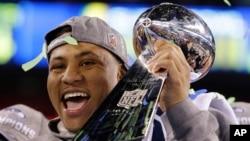 Malcolm Smith muestra el trofeo Vince Lombardi ganado por Seattle en el Super Bowl del fútbol americano.