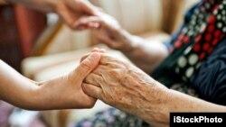 Nhiều người trong số 100 ,000 dân di trú từ Việt Nam chăm sóc cho người già ở Ðài Loan.