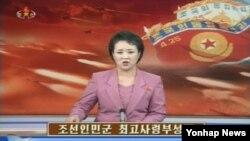 북한은 26일 인민군 최고사령부 성명을 통해 전략로케트(미사일)군부대와 장거리포병 부대를 포함한 모든 야전 포병군 집단들을 '1호전투근무태세'에 진입시킨다고 발표했다. 북한 조선중앙TV 아나운서가 최고사령부 성명을 발표하고 있다.